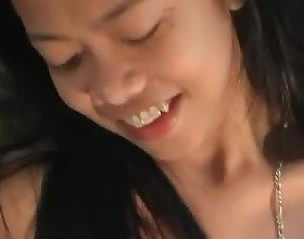 Pinay teen play herself with dildo